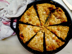 BROWN BUTTER RICE KRISPIE TREAT SKILLET COOKIE